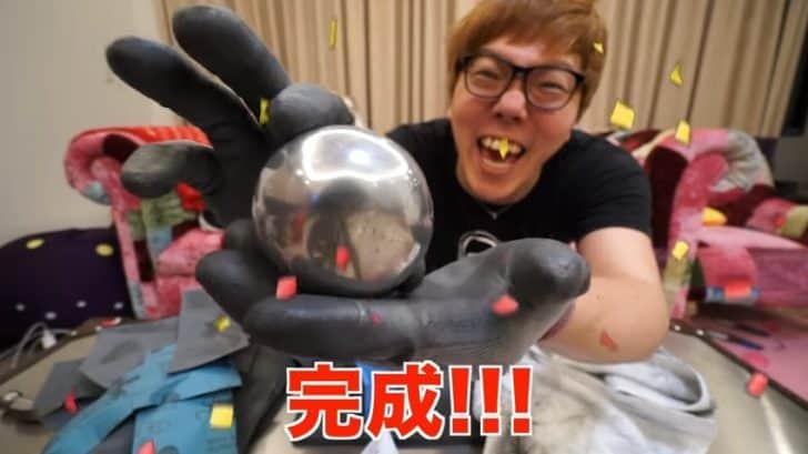 【朗報】ヒカキンさん、アルミホイルをハンマーで叩き続けて鉄球を作ることに成功
